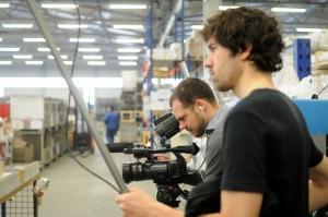 Daniel und Philipp bei Dreharbeiten in der Werkshalle